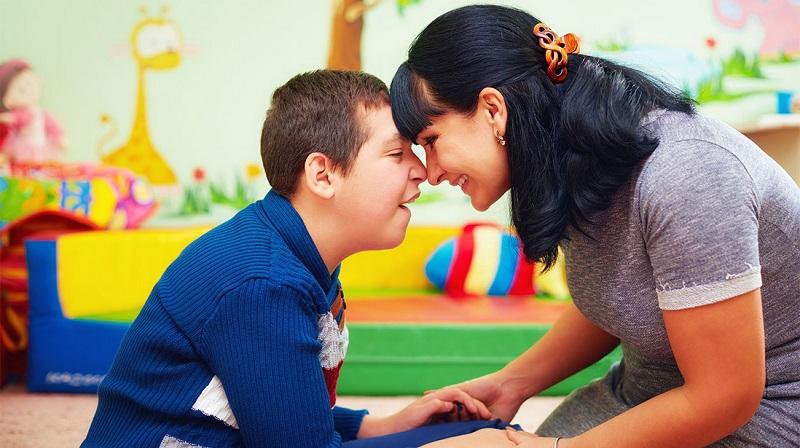 https: img.okezone.com content 2019 11 21 196 2132588 menggali-potensi-anak-autis-agar-kelak-bisa-hidup-mandiri-1uRSCCytCX.jpg