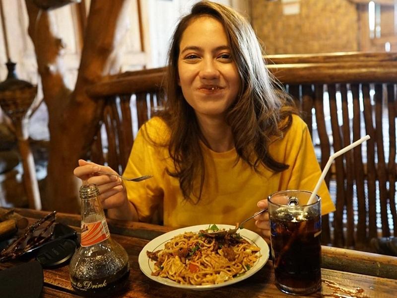 https: img.okezone.com content 2019 11 21 298 2132737 intip-pevita-pearce-kulineran-di-yogyakarta-santap-gudeg-hingga-dawet-legendaris-VbJkRFjMOs.jpg