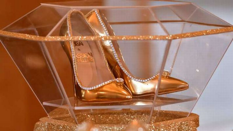 https: img.okezone.com content 2019 11 21 320 2132724 intip-high-heels-berlapis-emas-dan-bertabur-berlian-seharga-rp239-miliar-SfFfMz58RG.jpg