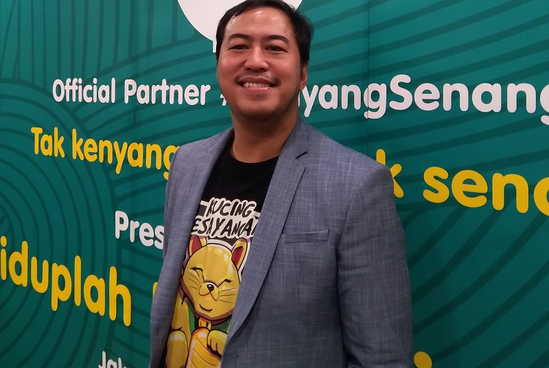 https: img.okezone.com content 2019 11 21 33 2132903 pandji-pragiwaksono-janjikan-topik-politik-dalam-hiduplah-indonesia-maya-sqySu4nXnn.jpg