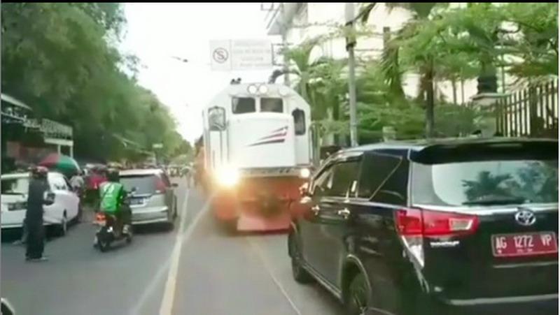 https: img.okezone.com content 2019 11 21 337 2132479 viral-mobil-plat-merah-parkir-sembarangan-halangi-jalur-kereta-api-FS93LOdppw.jpg