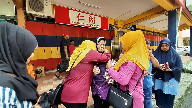 https: img.okezone.com content 2019 11 21 337 2132916 ibu-bersama-5-anaknya-terlantar-di-hutan-malaysia-setelah-suaminya-meninggal-dunia-nTEamMemRg.jpg