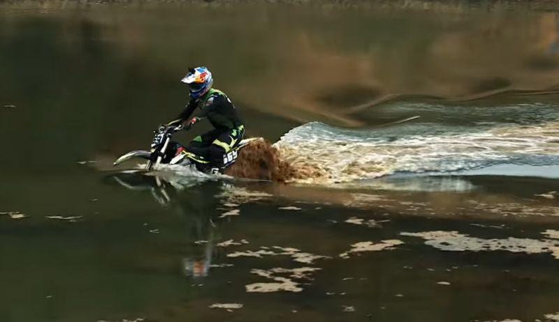 https: img.okezone.com content 2019 11 21 53 2132838 motor-trail-listrik-racikan-rusia-ini-berhasil-trabas-danau-penuh-air-QklwMN7gI1.jpg