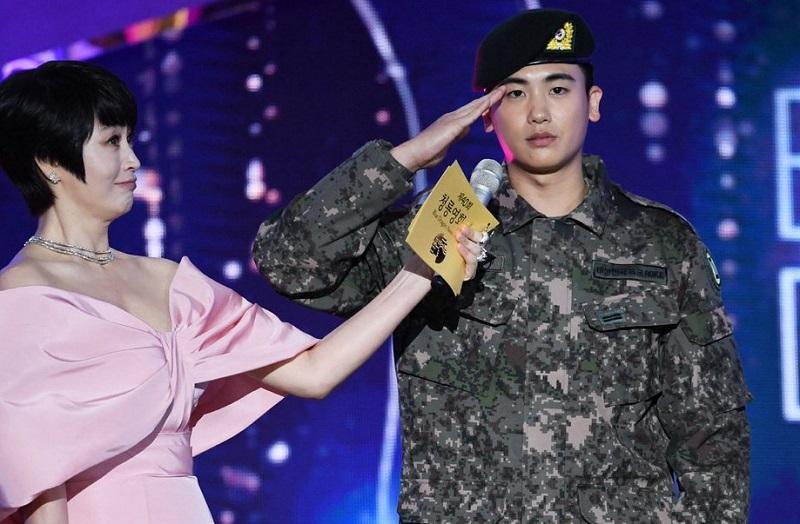 https: img.okezone.com content 2019 11 22 33 2133362 kim-woo-bin-dan-park-hyung-sik-jadi-kejutan-manis-di-blue-dragon-awards-2019-Vd50pJVMDL.jpg