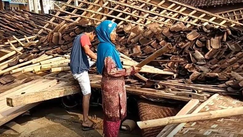 https: img.okezone.com content 2019 11 22 512 2133258 3-rumah-di-boyolali-rata-dengan-tanah-akibat-diterjang-angin-puting-beliung-AxwqApvrKy.JPG