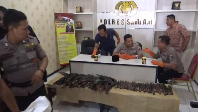 https: img.okezone.com content 2019 11 22 519 2133346 pilkades-di-sampang-ricuh-ratusan-senjata-tajam-dan-senpi-disita-polisi-CXwciWXol3.jpg