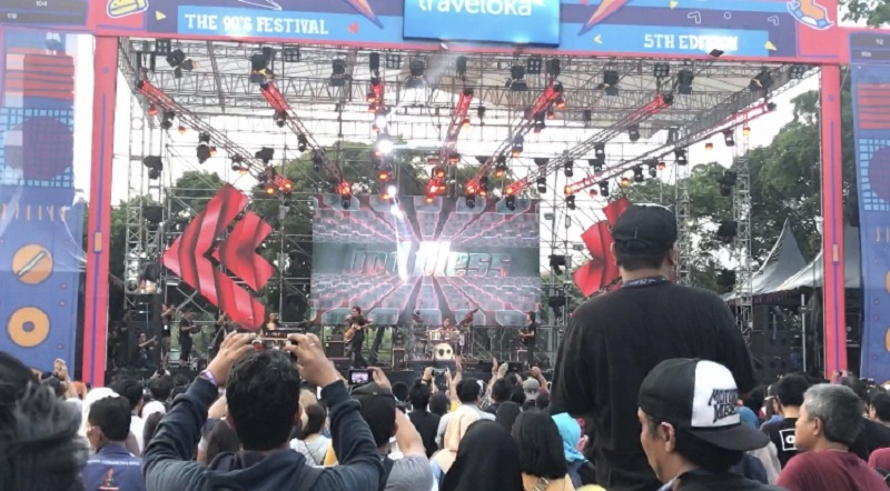 https: img.okezone.com content 2019 11 23 205 2133641 persembahan-god-bless-untuk-areng-widodo-di-the-90-s-festival-t7i2UK9B2S.jpeg