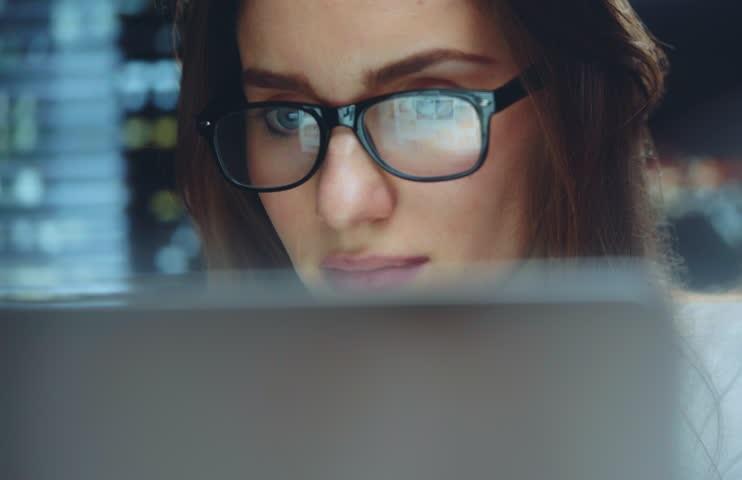 https: img.okezone.com content 2019 11 23 481 2133546 salah-kaprah-pemahaman-kacamata-bikin-minus-bertambah-ini-faktanya-8dY0x6HW8W.jpg