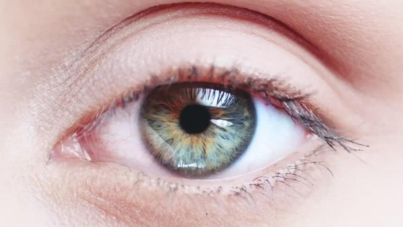 Sel kanker akan membuat pupil mata tampak mengalami perubahan ukuran dan bentuk.