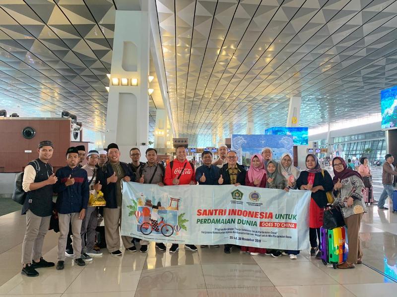 https: img.okezone.com content 2019 11 25 18 2134340 berangkatkan-10-santri-perdamaian-ke-china-indonesia-tepis-stigma-islam-yang-radikal-zvfl2uTGTJ.jpeg
