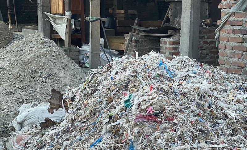 https: img.okezone.com content 2019 11 25 337 2134045 pemerintah-kirim-balik-883-kontainer-sampah-plastik-ke-negara-asal-SG8wtg3cwk.jpg