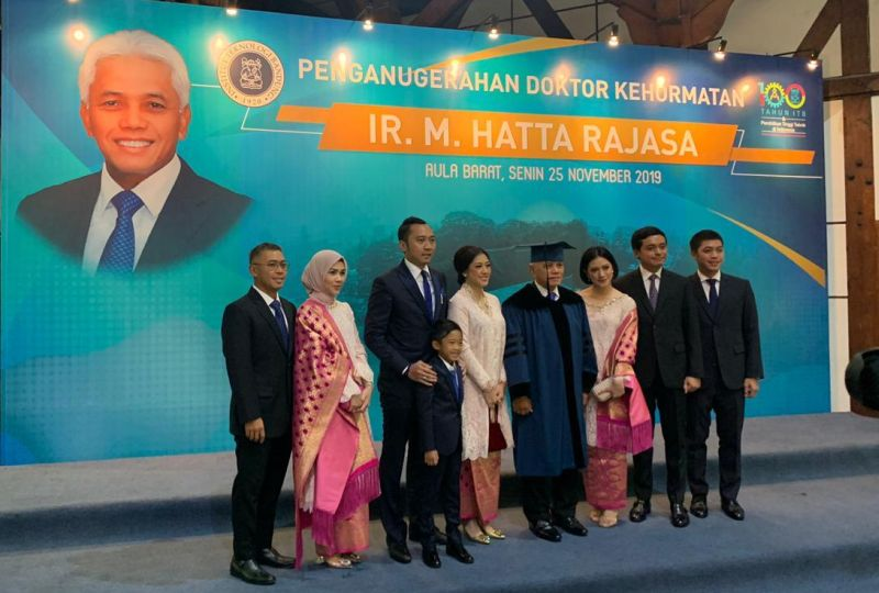 https: img.okezone.com content 2019 11 25 65 2134099 hatta-rajasa-dapat-gelar-honoris-causa-dari-itb-s47OPnR36G.jpg