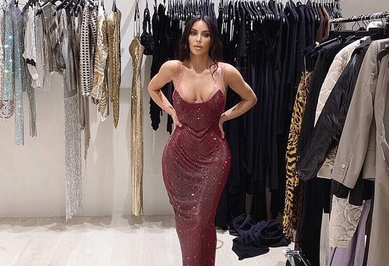 https: img.okezone.com content 2019 11 26 194 2134763 kim-kardashian-sedih-dan-nangis-saat-dress-versace-yang-dicoba-tidak-muat-R71ioqPFbt.jpg
