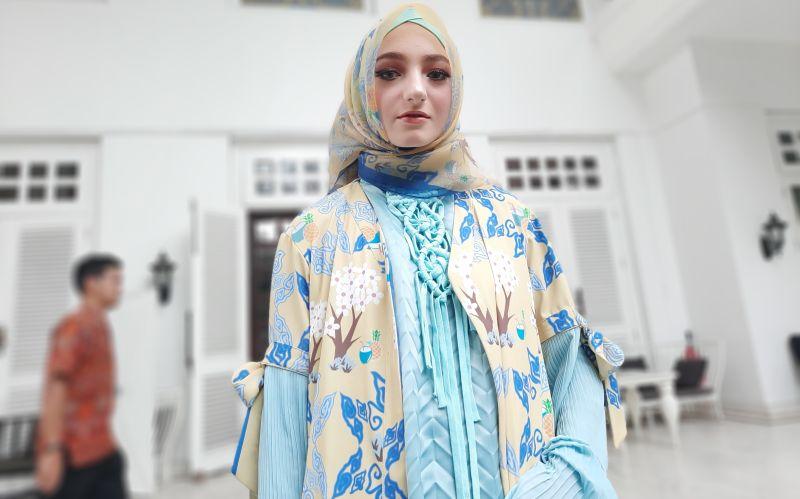 https: img.okezone.com content 2019 11 26 194 2134797 pameran-di-miami-fashion-week-jeny-tjahyawati-bawa-bawa-batik-dan-songket-SF8SVTvXn8.jpg