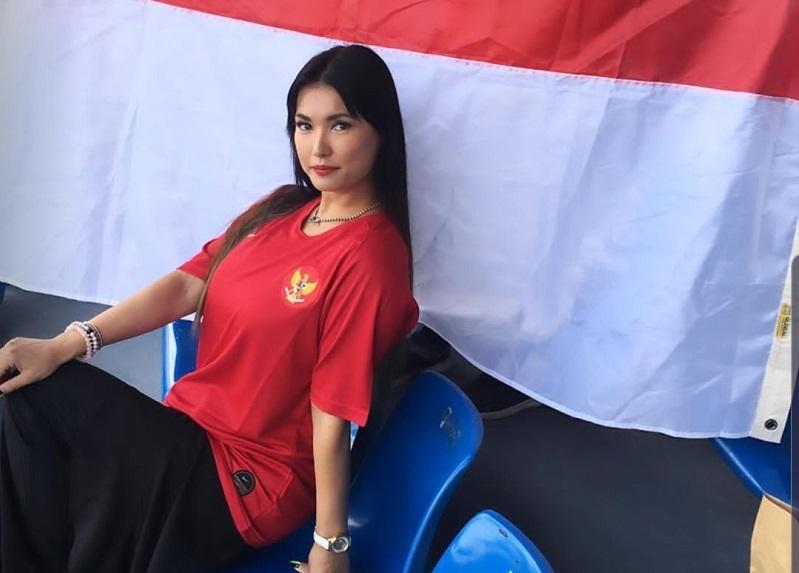 https: img.okezone.com content 2019 11 26 194 2134822 maria-ozawa-pakai-jersey-merah-timnas-sepak-bola-indonesia-seksi-menggemaskan-sBp11ash8M.jpg