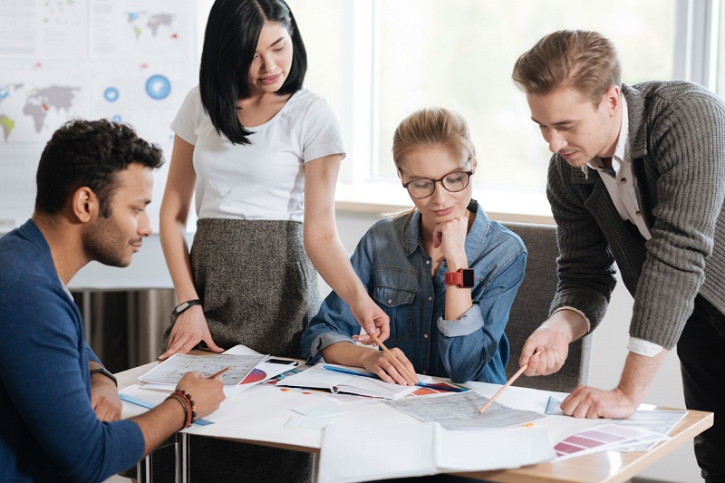 https: img.okezone.com content 2019 11 27 196 2135268 bersaing-di-dunia-kerja-milenial-harus-miliki-skill-lebih-dalam-meraih-kesuksesan-DhEQ3U7Dmn.jpg