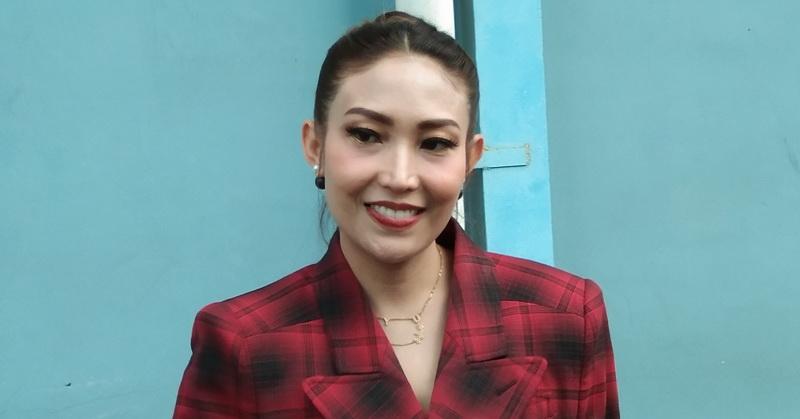 https: img.okezone.com content 2019 11 27 33 2135125 ayu-dewi-buka-suara-soal-kekasih-baru-luna-maya-bule-asal-jepang-Gh0zkWf77x.jpg