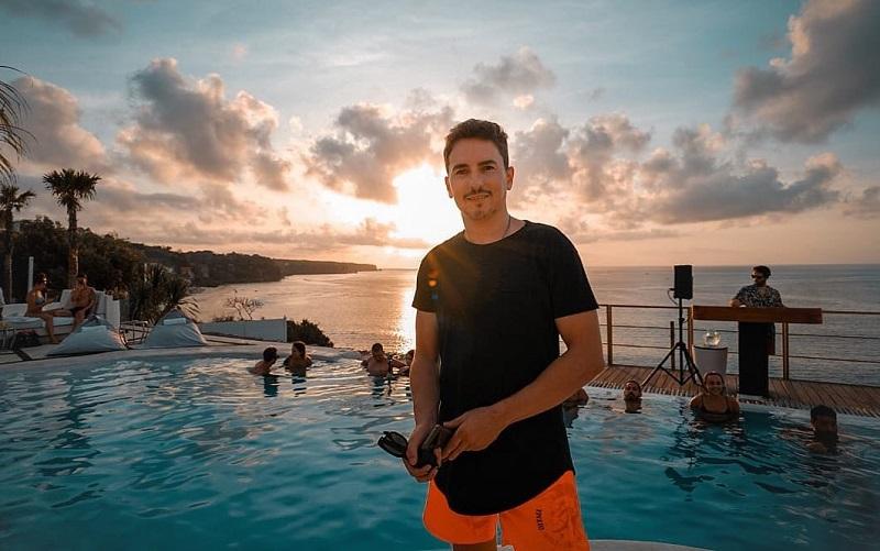 https: img.okezone.com content 2019 11 27 406 2135064 4-potret-liburan-jorge-lorenzo-di-bali-berenang-asyik-sampai-pamer-tubuh-atletis-C0rfsniKhV.jpg