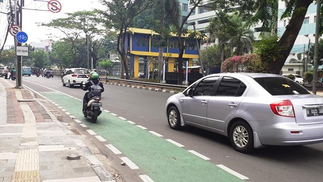 https: img.okezone.com content 2019 11 27 525 2135002 kota-bandung-belum-siap-untuk-penerapan-aturan-jalur-sepeda-lOalPvx8D9.jpg