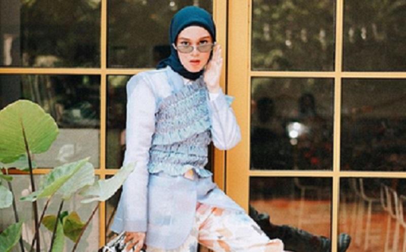 https: img.okezone.com content 2019 11 27 617 2134951 gaya-hijab-nyentrik-ala-tantri-namirah-cocok-buat-kamu-yang-suka-tantangan-524dlCEuJo.jpg