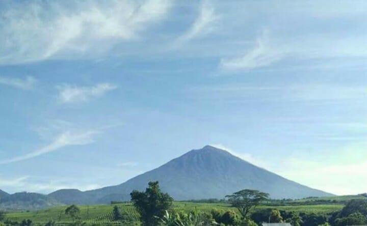 https: img.okezone.com content 2019 11 28 337 2135451 gunung-kerinci-digoyang-212-kali-gempa-statusnya-waspada-v40t46dLfS.jpg
