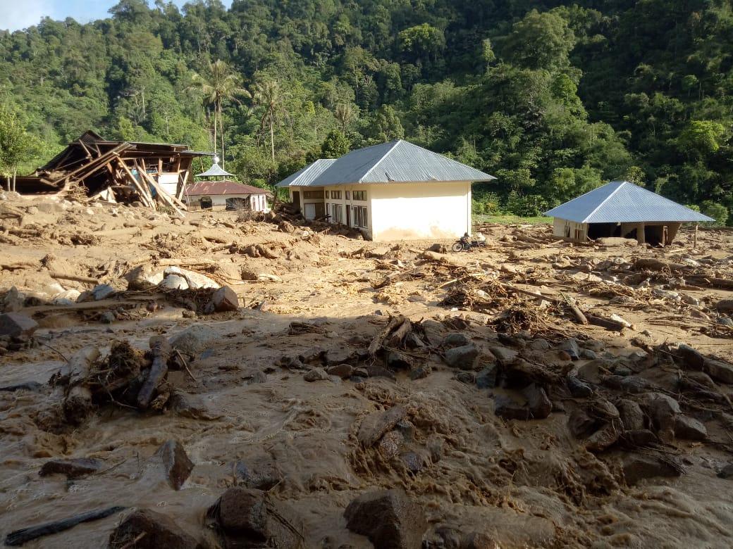 https: img.okezone.com content 2019 11 28 340 2135576 540-jiwa-di-seribu-rumah-gadang-masih-terisolir-pasca-banjir-bandang-dan-longsor-cXUm1CgjHP.jpg