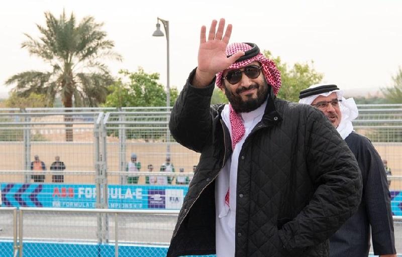 https: img.okezone.com content 2019 11 29 194 2136133 penampilan-putra-mahkota-kerajaan-arab-saudi-dengan-jaket-curi-perhatian-5Az1Gplxey.jpg