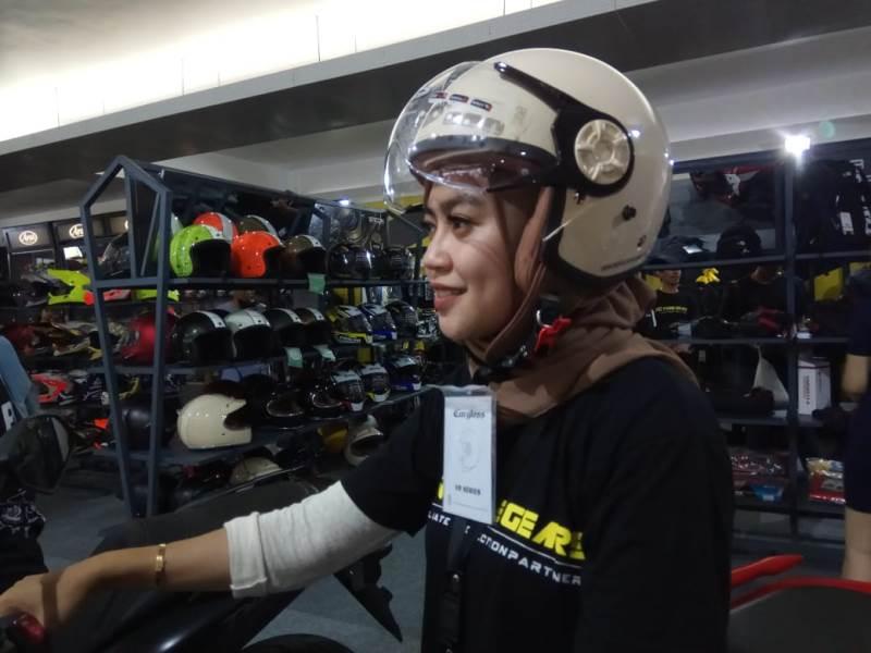 https: img.okezone.com content 2019 11 29 53 2136101 helm-khusus-bikers-berhijab-hadir-di-iims-motobike-expo-2019-gqgj5Zg4dT.jpg