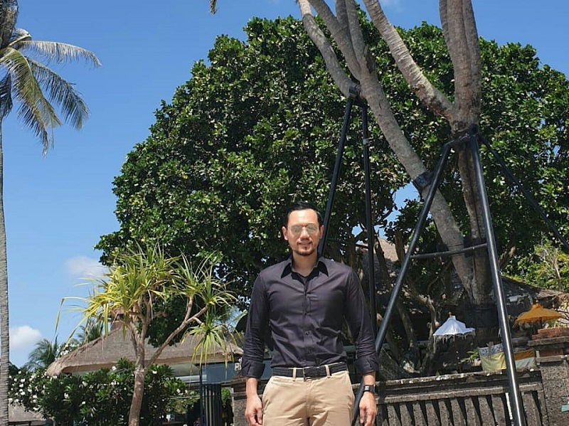 https: img.okezone.com content 2019 11 30 194 2136383 pose-ganteng-ahy-berlatar-pohon-kelapa-bercabang-41-bikin-gagal-fokus-tJSyjWo5ps.jpg