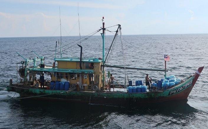 https: img.okezone.com content 2019 11 30 337 2136323 kkp-tangkap-kapal-pencuri-ikan-asal-malaysia-di-selat-malaka-3q1XeLkhQ7.JPG