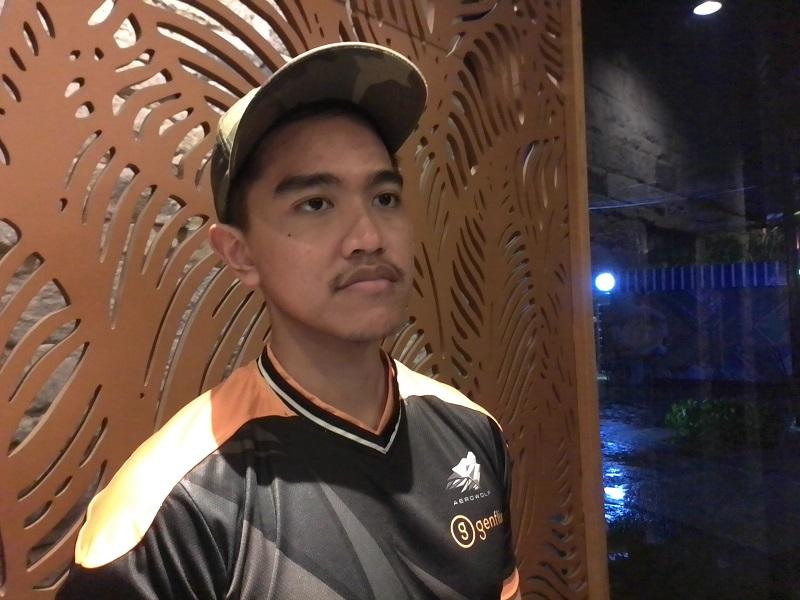 https: img.okezone.com content 2019 11 30 612 2136334 keseruan-kaesang-pangarep-main-mobile-legend-di-nongkrong-esport-kuy-bsd-cDB6WW43H8.jpg