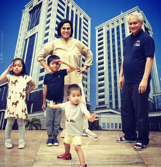 https: img.okezone.com content 2019 12 01 20 2136673 intip-gaya-sri-mulyani-bermain-dengan-cucu-cucunya-yang-menggemaskan-5mXmhr2AM6.png