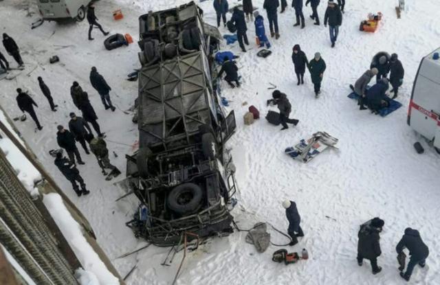 https: img.okezone.com content 2019 12 02 18 2136963 bus-jatuh-ke-sungai-yang-membeku-di-siberia-19-orang-tewas-ocuw7n2HrP.jpg