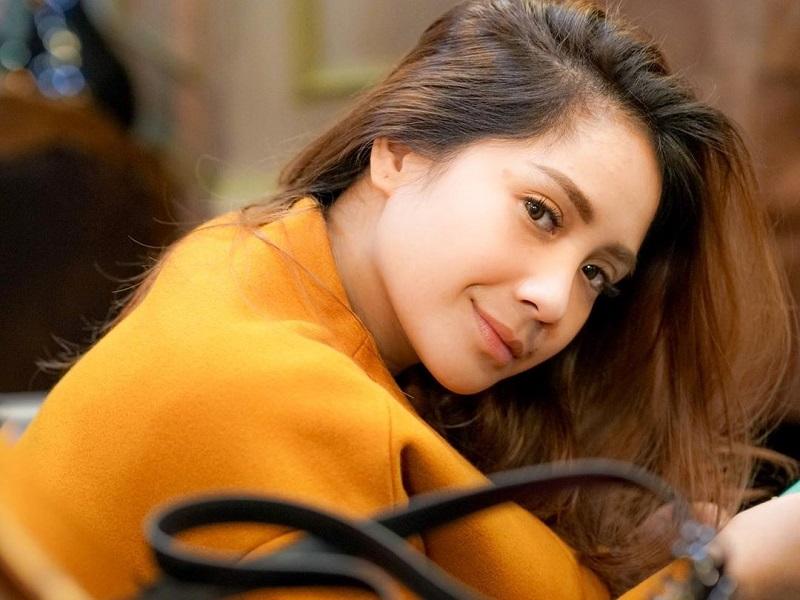 https: img.okezone.com content 2019 12 02 194 2137084 nagita-slavina-pertama-kalinya-ganti-warna-rambut-intip-penampilannya-dNS8fGTauv.jpg
