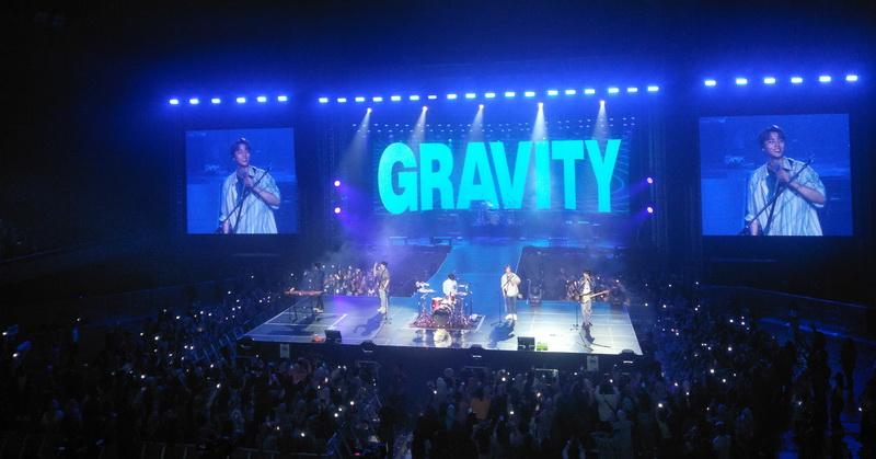 https: img.okezone.com content 2019 12 02 205 2136804 day6-puji-suara-penggemar-indonesia-di-konser-gravity-sFXszJwiA9.jpg