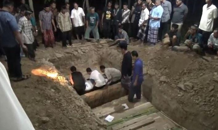 https: img.okezone.com content 2019 12 02 337 2136790 6-jenazah-korban-kecelakaan-tol-cipali-dikubur-dalam-satu-liang-lahat-ki9qCxZBkh.JPG