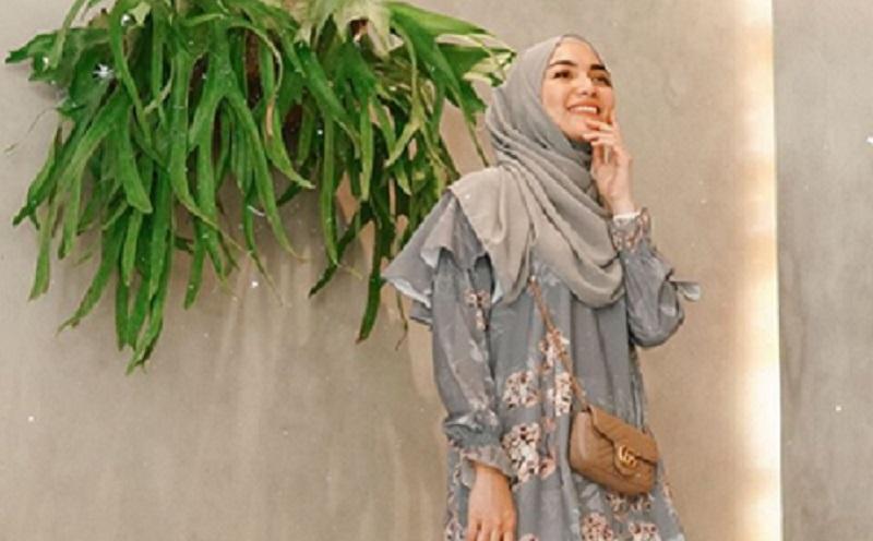 https: img.okezone.com content 2019 12 02 617 2136967 gaya-hijab-floral-ala-citra-kirana-yang-bikin-kamu-makin-cantik-O5G9SFrXPR.jpg