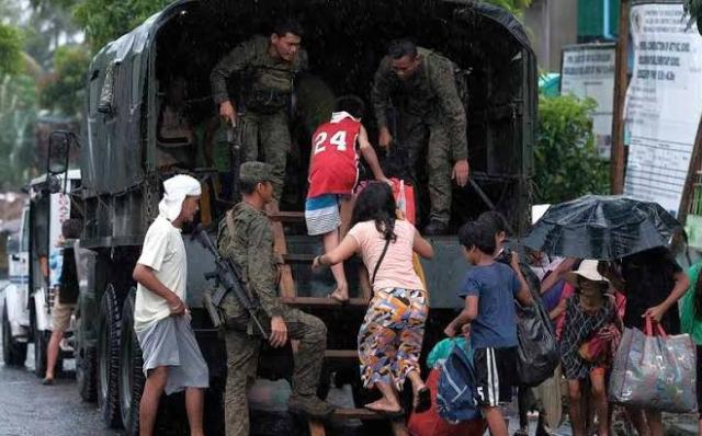 https: img.okezone.com content 2019 12 03 18 2137277 topan-kammuri-hantam-filipina-memaksa-ribuan-orang-dievakuasi-f44v0tC72S.jpg