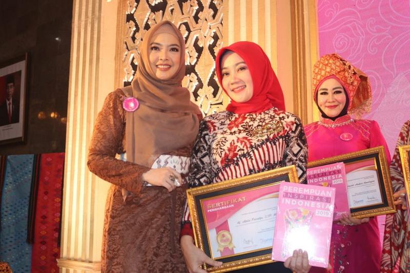 https: img.okezone.com content 2019 12 03 196 2137465 atalia-ridwan-kamil-jadi-perempuan-inspirasi-indonesia-2019-2nmge7Prt5.jpg