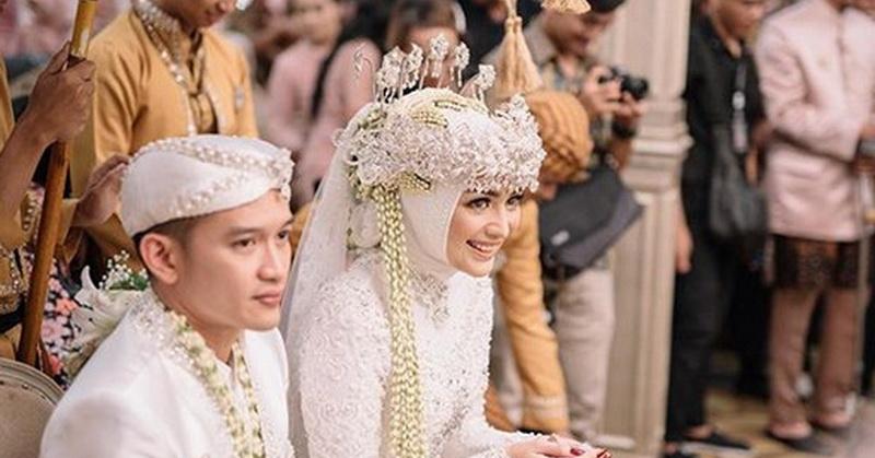 https: img.okezone.com content 2019 12 03 33 2137309 saweran-jadi-momen-seru-pernikahan-citra-kirana-dan-rezky-aditya-pndO9Wr18T.jpg
