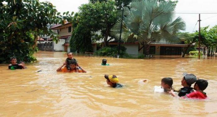 https: img.okezone.com content 2019 12 03 340 2137214 banjir-rendam-13-desa-di-aceh-barat-korban-sakit-diangkut-tandu-VF2eG8cl0M.JPG