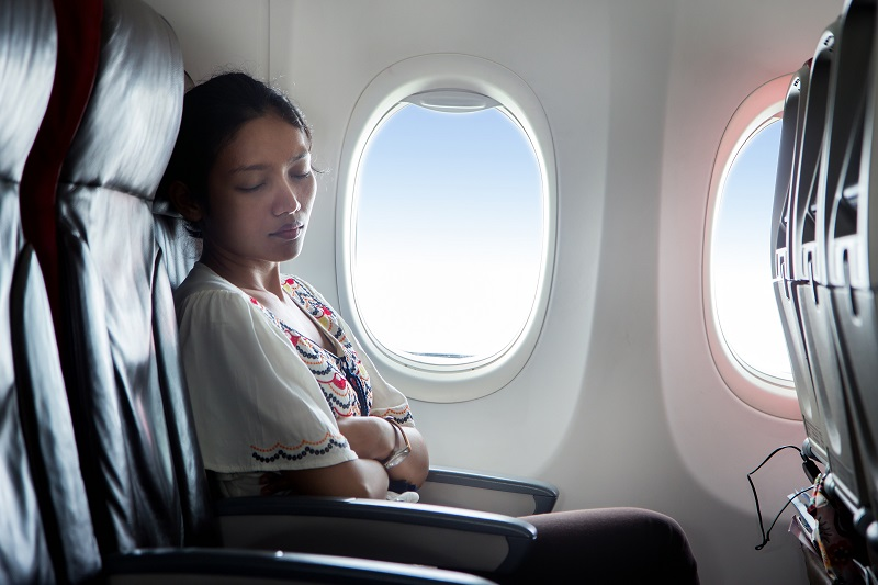 https: img.okezone.com content 2019 12 03 406 2137556 5-tips-tidur-nyenyak-selama-penerbangan-xJtU1EIUjb.jpg