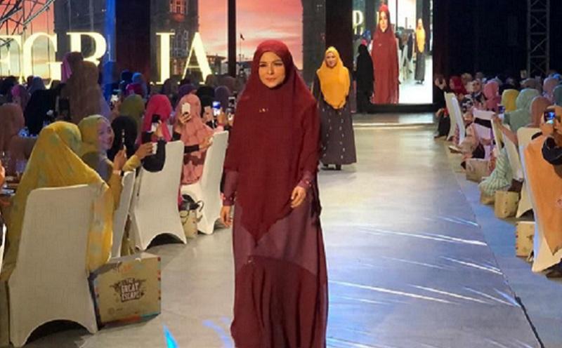 https: img.okezone.com content 2019 12 04 617 2137954 pesona-gaya-hijab-syar-i-8-selebriti-tanah-air-dari-donita-hingga-melly-goeslaw-4prEgxMYZR.jpg