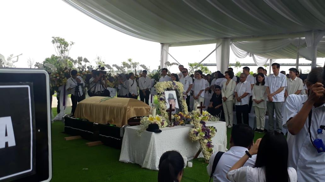 https: img.okezone.com content 2019 12 05 470 2138213 jenazah-ciputra-tiba-keluarga-hingga-karyawan-padati-pemakaman-zV8LxbC1hY.jpeg