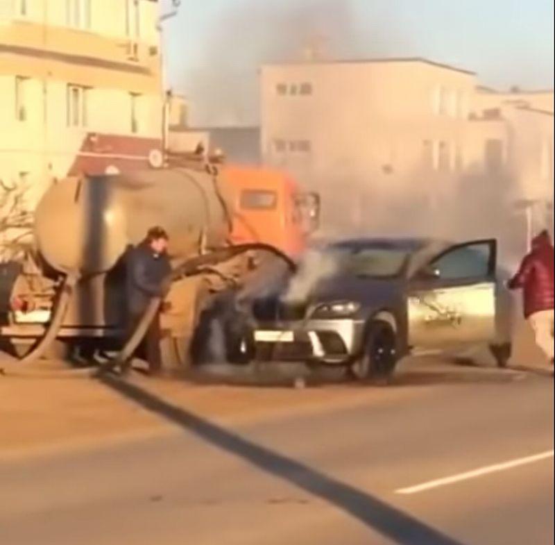 https: img.okezone.com content 2019 12 05 52 2138482 mobil-tinja-bantu-padamkan-bmw-x6-yang-tengah-terbakar-di-jalan-LzDeGODYtK.jpg