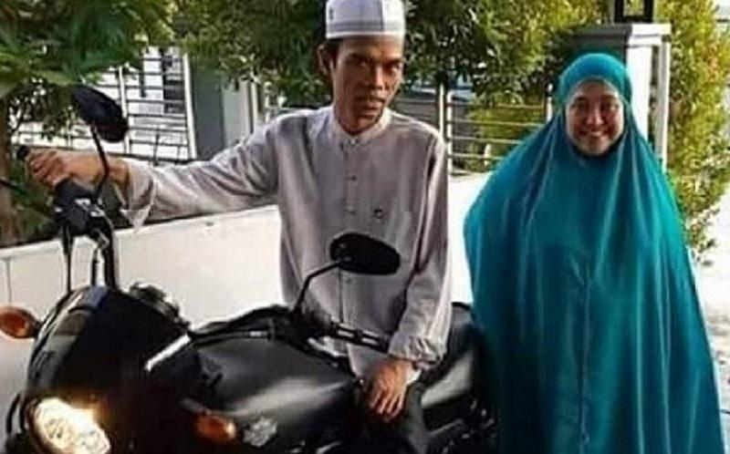 https: img.okezone.com content 2019 12 05 617 2138229 3-gaya-hijab-syar-i-mellya-juniarti-perempuan-yang-diceraikan-ustadz-abdul-somad-StPoOpzag3.jpg