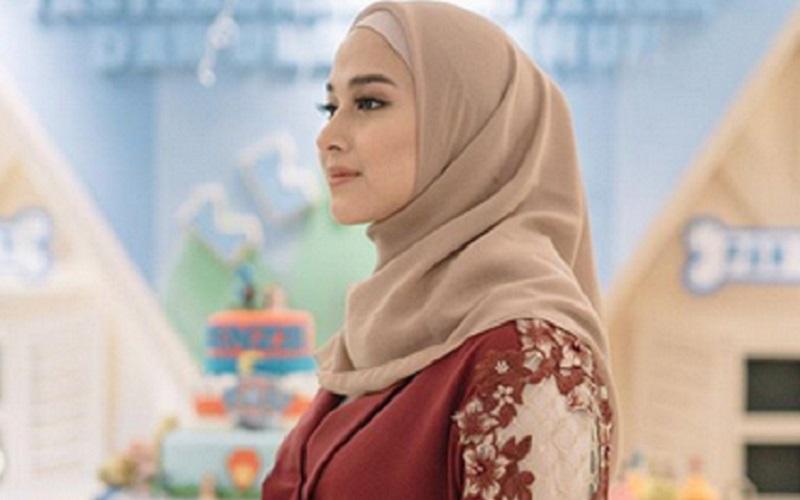 https: img.okezone.com content 2019 12 05 617 2138240 empat-gaya-hijab-cantik-ala-nina-zatulini-yang-bisa-kamu-tiru-BfNIFhLU5h.jpg