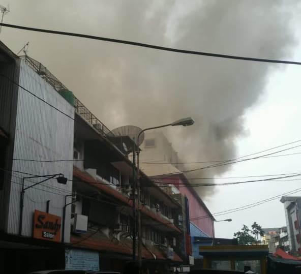 https: img.okezone.com content 2019 12 06 338 2138899 mal-lokasari-plaza-terbakar-24-mobil-damkar-dikerahkan-n2DotDfra2.jpg