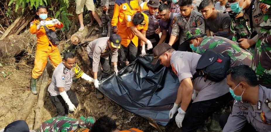 https: img.okezone.com content 2019 12 06 340 2138881 jasad-ayah-anak-korban-longsor-di-riau-ditemukan-di-kedalaman-2-meter-LJOTik5kv4.jpg