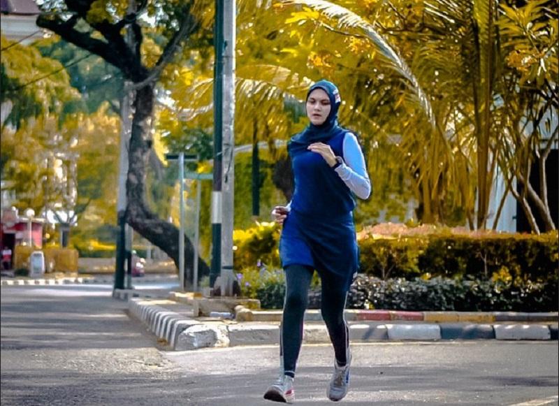 https: img.okezone.com content 2019 12 06 481 2138770 memilih-pakaian-yang-tepat-saat-olahraga-ala-zee-zee-shahab-dan-sahila-k78yMwjsjM.jpg
